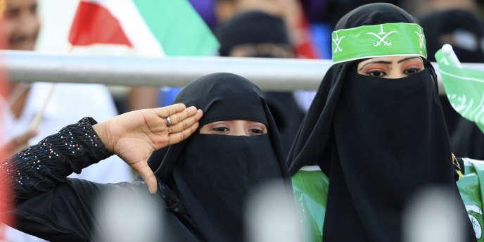 Des supportrices saoudiennes lors d'un match Arabie saoudite-Koweït, en décembre 2010, à Aden, au Yémen.