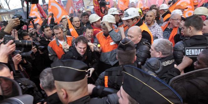 Salariés d'ArcelorMittal et gendarmes mobiles face à face aux abords du QG de campagne de Nicolas Sarkozy, jeudi.