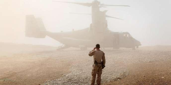 Un marine surveille l'atterrissage de l'appareil transportant le secrétaire américain à la défense, le 14 mars 2012.