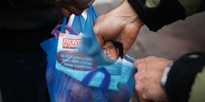 Distribution de tracts pour la candidature de Jean-Luc Mélenchon sur le marché de La Courneuve (Seine-Saint-Denis), le 24 février.