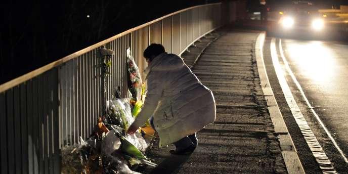 A Sierre, non loin du tunnel où s'est produit l'accident, des gerbes de fleurs sont déposées sur les bords de route.
