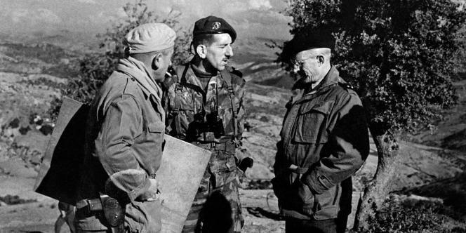 Le général Jacques Massu (2-ème G) s'entretient le 26 novembre 1958 au sud de Palestro, en Algérie, avec les généraux Jacques Faure (D) et Maisonrouge (G) lors d'une opération militaire engagée contre les maquis FLN.