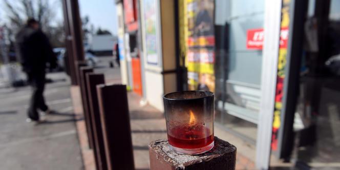 Une bougie dans la rue où les militaires ont été tués à Montauban, vendredi 16 mars.