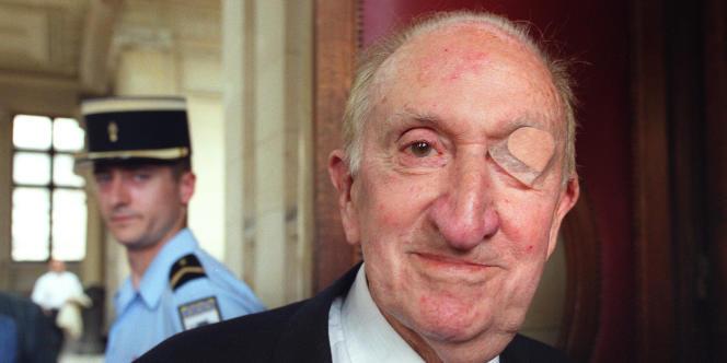 Le général Paul Aussaresses, le 06 juillet 2001, dans la salle d'audience du tribunal correctionnel de Paris.