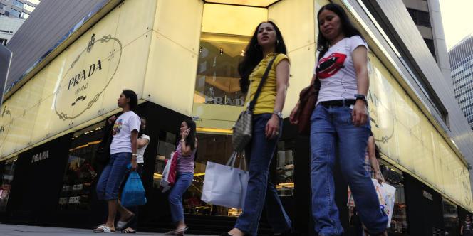 Le groupe Prada, désormais coté à Hongkong, a publié un chiffre d'affaires en hausse de 29 % pour l'année 2012, à 3,29 milliards d'euros.