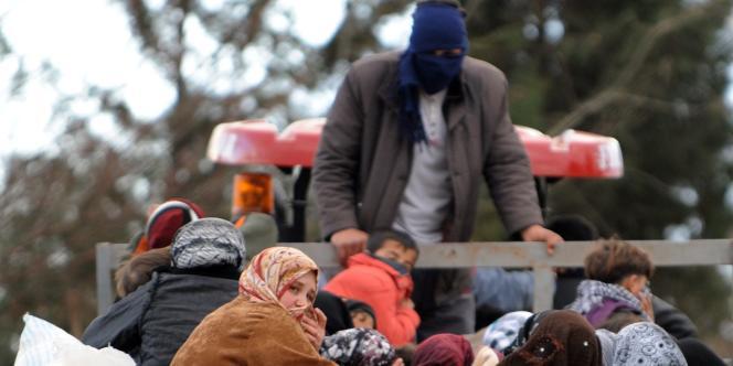 Des réfugiés syriens arrivent en Turquie, le 15 mars 2012.