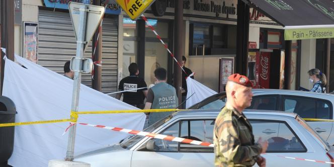 Devant les magasins où les légionnaires ont été tués le jeudi 15 mars 2012 dans le centre-ville de Montauban.