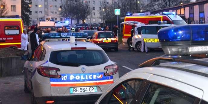 Des habitants se rassemblent près de la mosquée d'Arras où un homme a tué une personne et blessé trois autres vendredi 16 mars.