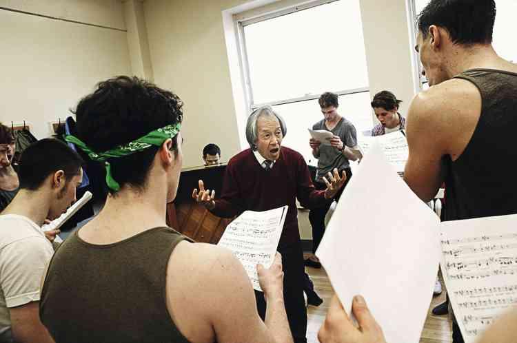 Le directeur musical Donald Chan motive les troupes avant l'épreuve de chant individuel. Photo: Beatrice de Gea pour M Le magazine du Monde