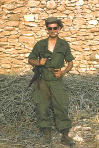 Jean-Claude Larroche était sous-officier dans les transmissions, essentiellement à Siddi-bel-Abbès, dans l'Oranais, en 1959 et 1960.
