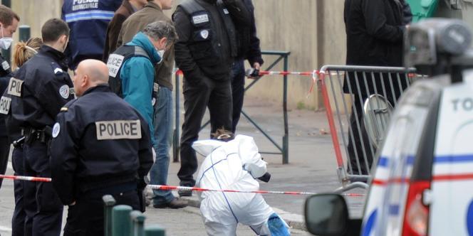 Des policiers devant l'école Ozar Hatorah, à Toulouse, le 19 mars 2012.
