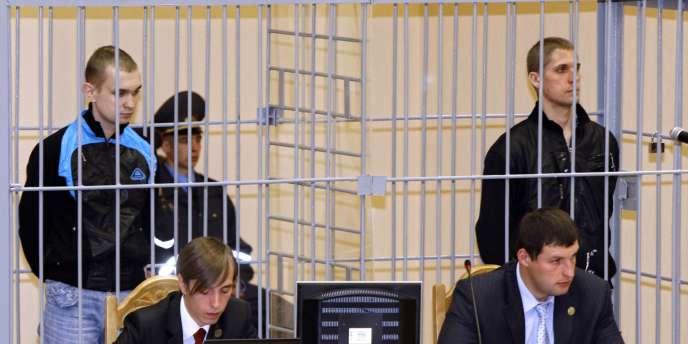 Dimitri Konovalov (à gauche) et Vladislav Kovaliev (à droite), lors de leur procès, le 11 septembre 2011