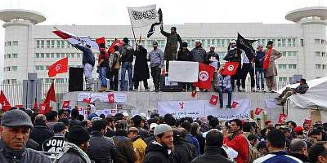 Comme tous les vendredis, des salafistes manifestent à Tunis, le 9 mars, protestant contre les insultes faites à l'Islam dans le pays.