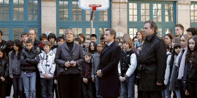Nicolas Sarkozy et Luc Chatel au milieu d'élèves dans la cour du collège public François Couperin, dans le 4e arrondissement de Paris, le 20 mars 2012.