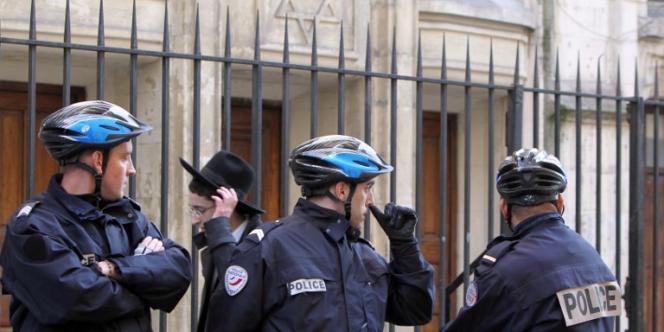 Des policiers postés devant une synagogue, à Paris.