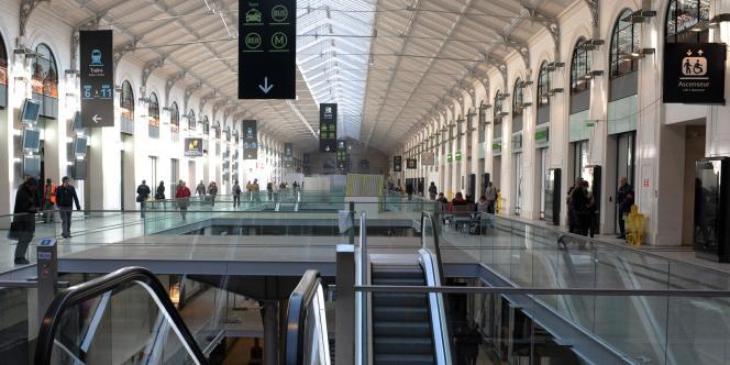 La galerie commerciale de la gare Saint-Lazare – ici en mars 2012 peu après sa rénovation –, qui communique avec les accès aux transports publics.