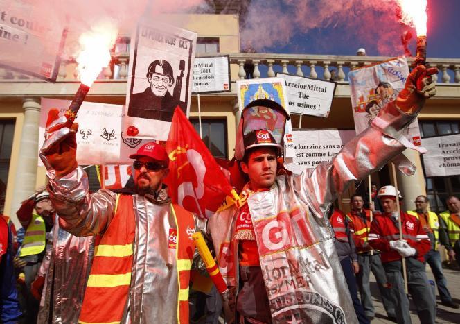 Plusieurs centaines de métallurgistes du groupe ArcelorMittal ont manifesté jeudi 22 mars 2012 à Florange pour la