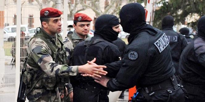 Des membres du RAID et des parachutistes après l'assaut contre Mohamed Merah.