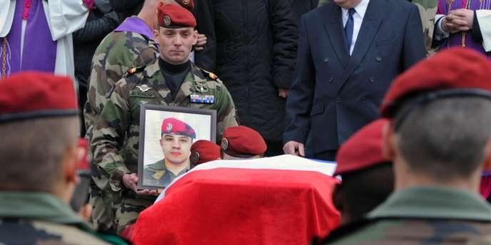 Un soldat du 17e régiment de parachutistes porte le portrait d'Abel Chennouf, tué avec son collègue Mohamed Legouad, lors de la cérémonie funéraire le 21 mars à Montauban.