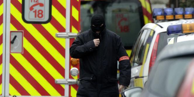 Un homme du raid arrive sur les lieux de l'opération, le 21 mars.