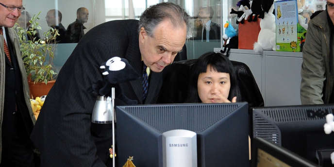 Frédéric Mitterrand, lors de sa visite dans les locaux du studio Ankama à Roubaix, en avril 2010.