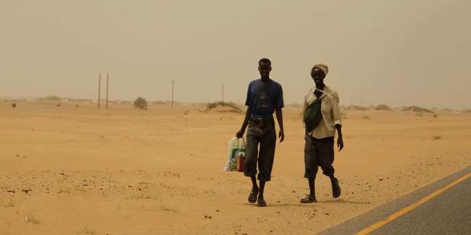 Des migrants éthiopiens marchent sur bord d'une route lors d'un trajet entre la ville jordanienne de Medi et celle d'Haradh, à la frontière avec l'Arabie Saoudite.