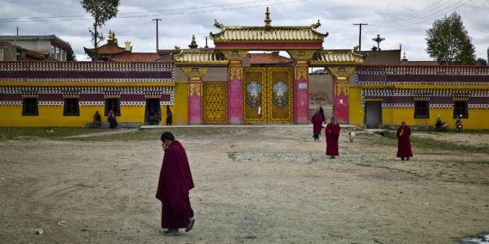 Des moines bouddhistes devant le monastère de Kirti, dans la ville de Ngaba, en octobre 2011.