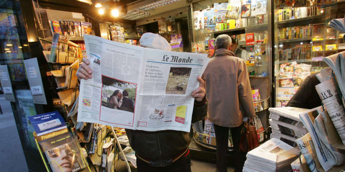 Chaque jour, 21,9 millions de Français, soit 43% d'entre eux, lisent un quotidien papier, et 26,9 millions lisent au moins un magazine.