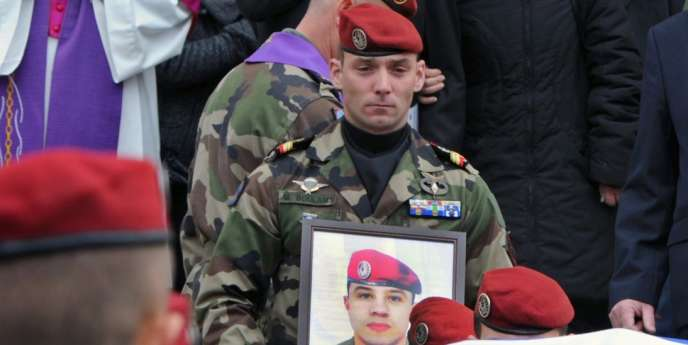 Une cérémonie militaire publique, en présence du président Sarkozy, de cinq autres candidats à l'élection présidentielle, et de plusieurs ministres, doit avoir lieu dans l'après-midi dans la caserne du 17e régiment, en hommage aux trois militaires assassinés les 11 et 15 mars.