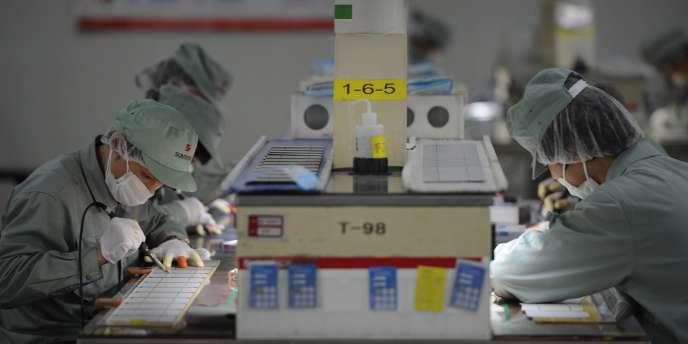Alors que Bruxelles souhaite taxer le photovoltaïque chinois, le ministre allemand de l'économie et la puissante Fédération des industriels allemands (BDI) appellent à la négociation et veulent éviter tout conflit durable avec la République populaire. Des employés de Suntech à Wuxi, dans l'est de la Chine.