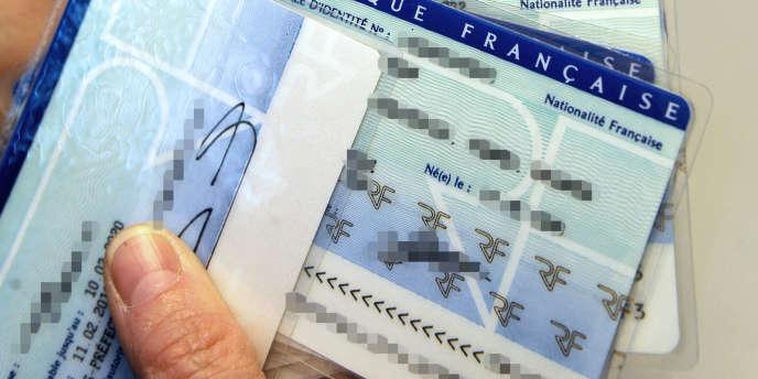 Mi-juillet, le ministère des affaires étrangères a indiqué sur son site que huit pays seulement acceptaient la carte d'identité périmée, que trois (Malte, Serbie, Turquie) la refusaient et que les autres ne se prononçaient pas.