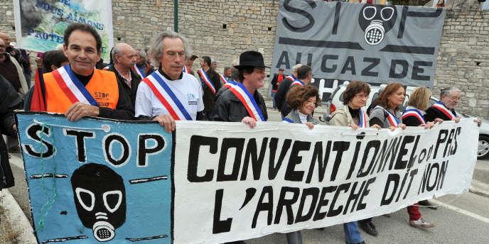 Des élus locaux manifestent pour réclamer l'abrogation des 61 permis de recherche d'hydrocarbures en vigueur en France, le 23 octobre 2011 à Barjac, en Ardèche.