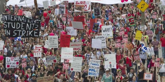 Des milliers d'étudiants manifestent contre l'augmentation des frais de scolarité le 22 mars 2012.