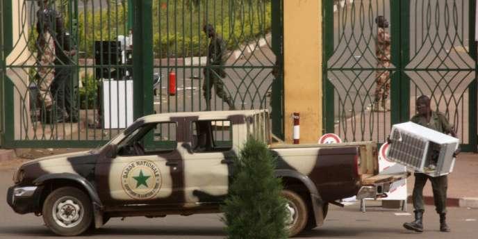 Scène de pillage à Bamako, le 22 mars 2012.