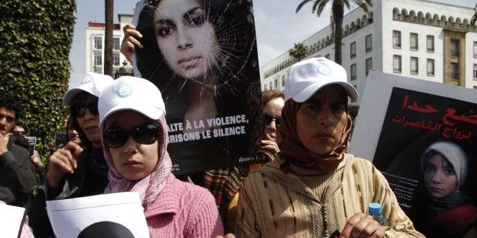 Manifestation le 17mars2012 à Rabat pour dénoncer la mort d'Amina Al-Filali. La jeune femme s'était suicidée après avoir été contrainte d'épouser l'homme qui l'avait violée.