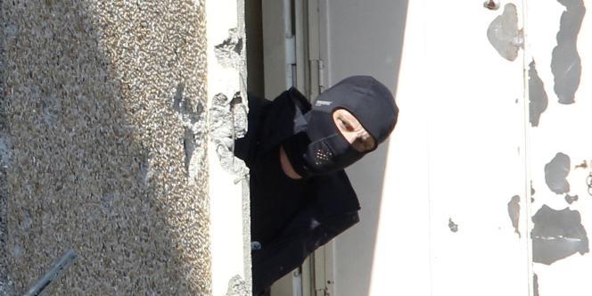 Un policier inspecte l'appartement de Mohamed Merah rue du Sergent-Vigné, à Toulouse, vendredi 23 mars.