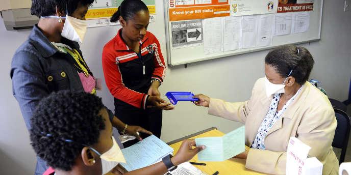 Une patiente reçoit son traitement antituberculeux dans le township Alexandra, au nord de Johannesburg (Afrique du Sud), en octobre 2010.