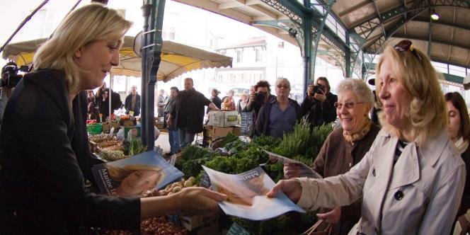 Marine Le Pen, sur le marché de Meaux (Seine-et-Marne) le 24 mars.