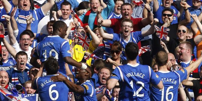 Les joueurs des Glasgow Rangers célèbrent leur victoire sur le Celtic Glasgow, le 25 mars à l'Ibrox Park de Glasgow.