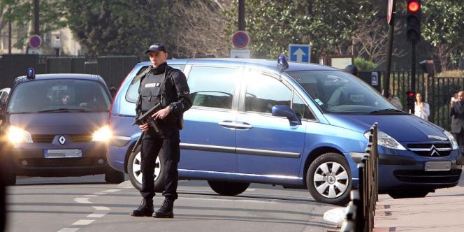 Arrivée d'Abdelkader Merah dans les locaux de la Sous-direction antiterroriste à Levallois-Perret (Hauts-de-Seine), samedi 24 mars.