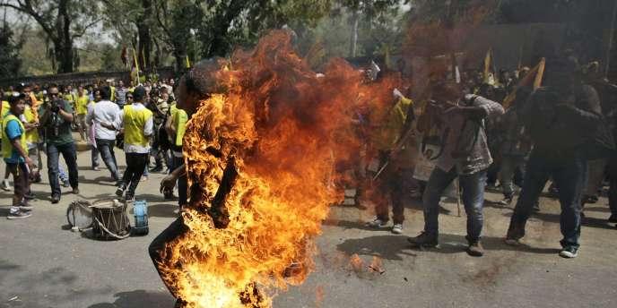 Un Tibétain s'immole par le feu à New Delhi le 26 mars.