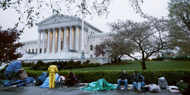 Des citoyens installés devant la Cour suprême des Etats-Unis, le 25 mars, pour obtenir des billets leur permettant d'assister aux débats sur la réforme de santé de Barack Obama.