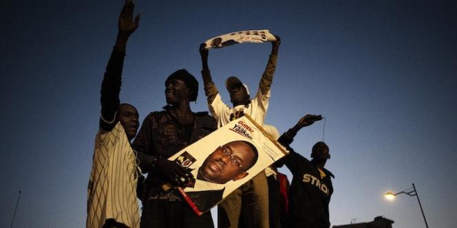 Des partisans de Macky Sall fêtent, le 25 mars, à Dakar, la victoire de leur candidat lors du second tour de l'élection présidentielle sénégalaise.