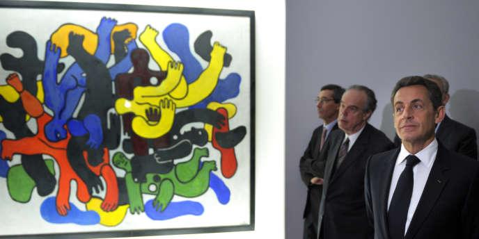 Nicolas Sarkozy et Frédéric Mitterrand à Chaumont, le 13 octobre 2011, lors d'une visite du Centre Pompidou mobile, petit musée itinérant qui se déplace de ville en ville.