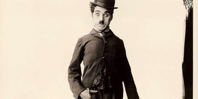 Charles Chaplin dans le costume de Charlot (vers 1915). En avril 2012, à Los Angeles, un chapeau et une canne en bambou utilisés par l'acteur pour son personnage ont été adjugés à 100 000 dollars.