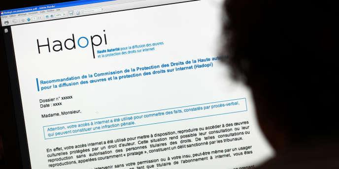 Un internaute consulte le site de la Hadopi.