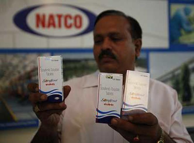 Un responsable du groupe pharmaceutique indien Natco Pharma présente un médicament générique contre le cancer, le 13 mars, à Hyderabad.