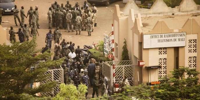 Les mutins bloquent l'accès à l'ORTM le 22 mars, au matin du coup d'Etat à Bamako.