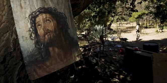 Une peinture du Christ punaisée sur un arbre dans un laboratoire clandestin découvert à Ensada, dans le nord du Mexique.