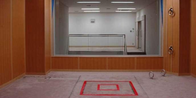 Au centre de détention de Tokyo, une salle d'exécution par pendaison. Au sol, matérialisée par un traçage rouge, la trappe par laquelle le condamné est pendu.